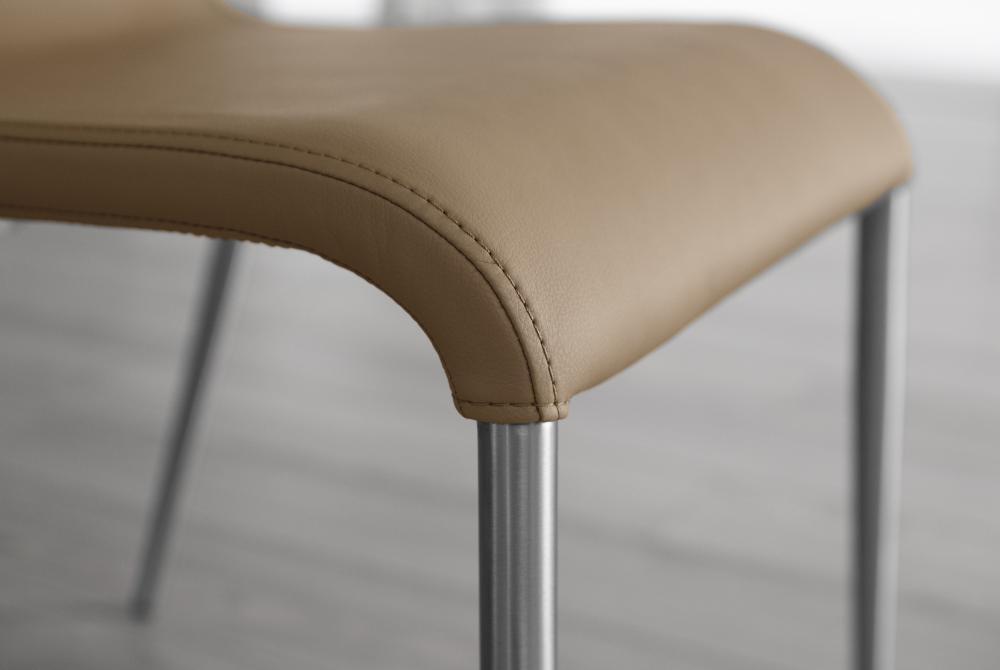 Sedia ondula impilabile in ecopelle con gambe in acciaio for Sedie design grigie