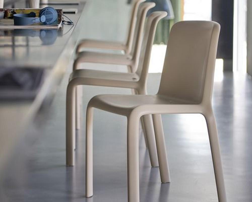 Lampade Da Tavolo Esterno : Sedia in plastica impilabile e colorata resistente ai