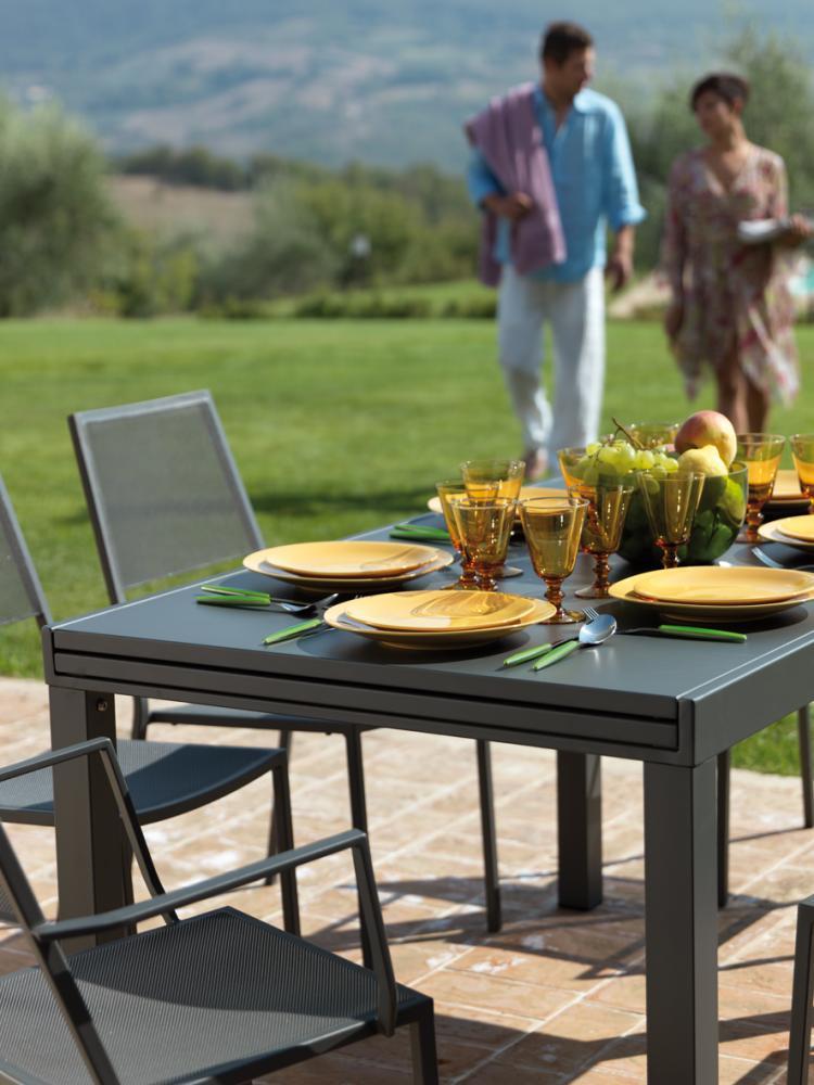 Tavolo in metallo allungabile sofy di vermobil di design for Tavoli da esterno design