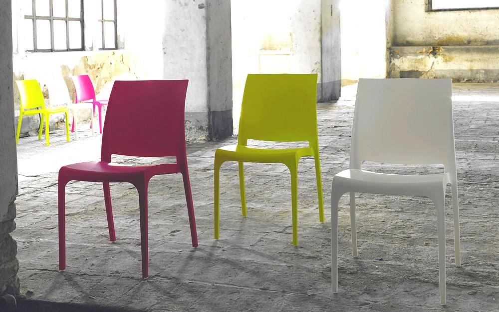Sedia Step impilabile con struttura in polipropilene in vari colori.