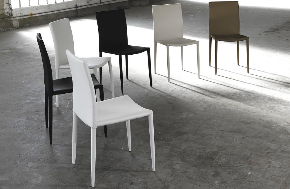 Sedia news impilabile in metallo tutta rivestita in for Sedia design comoda