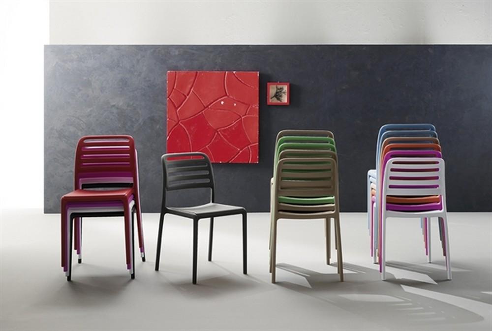 sedia clio impilabile con struttura in polipropilene in vari colori.