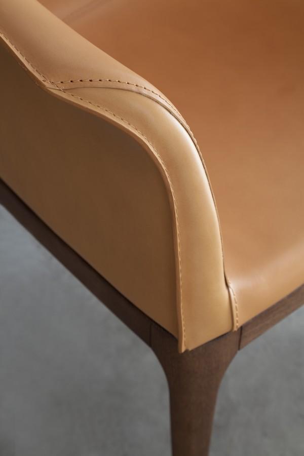 Sedie In Legno Rivestite In Pelle.Sedia Mivida Di Tonin Casa Con Base In Legno Seduta Rivestita In Pelle