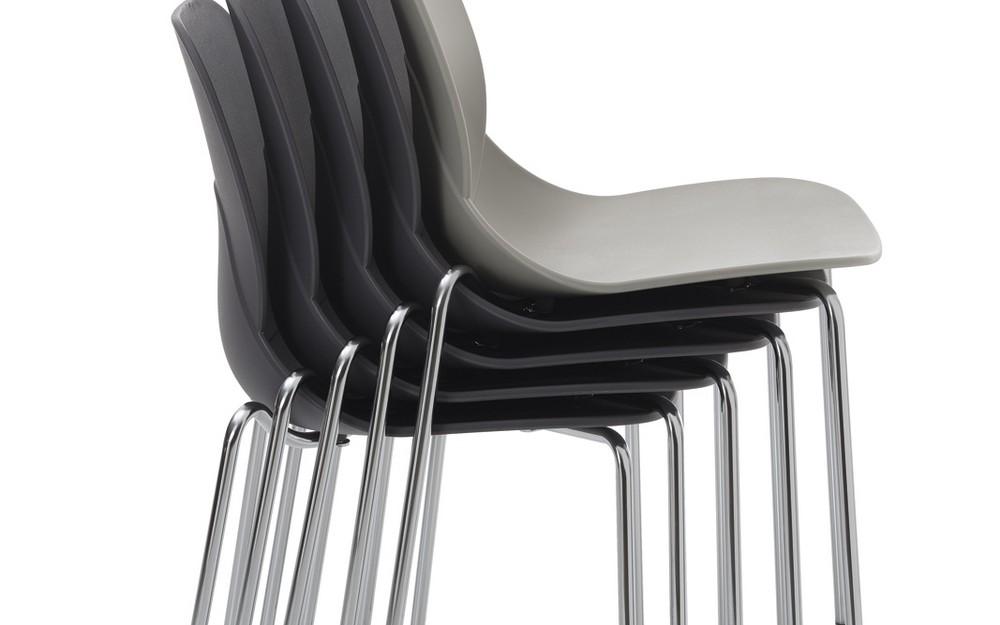 Sedia impilabile april di bontempi con struttura in acciaio seduta