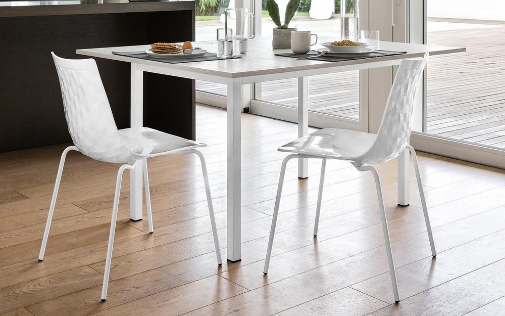 Sedia in plastica con struttura in metallo modello ice di for Tavoli e sedie da cucina calligaris