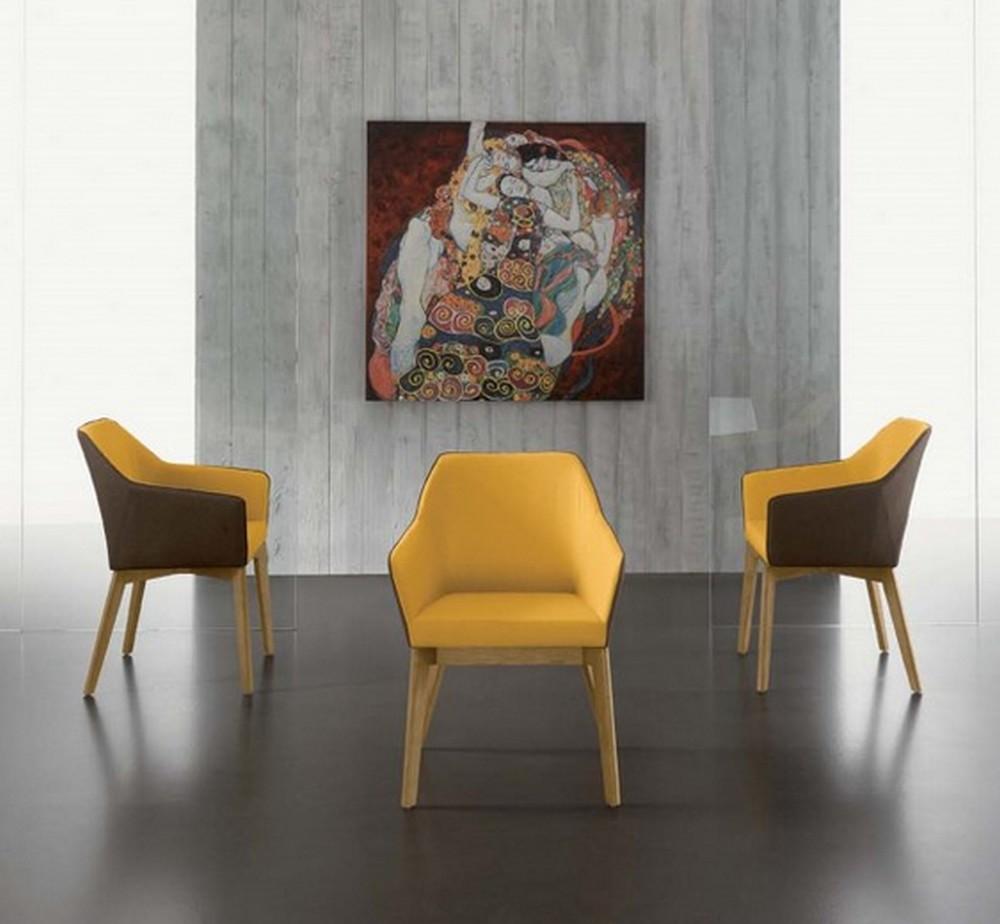 Sedia trafic con seduta rivestita in tessuto color marrone for Sedie vestite design
