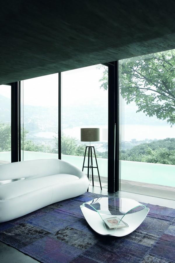 Tavolino quiet di tonin casa in legno con top in vetro curvato for Case in vetro