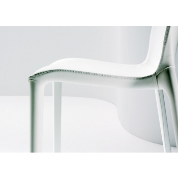 Dettaglio cuciture sedia Hidra in ecopelle bianco di Bontempi