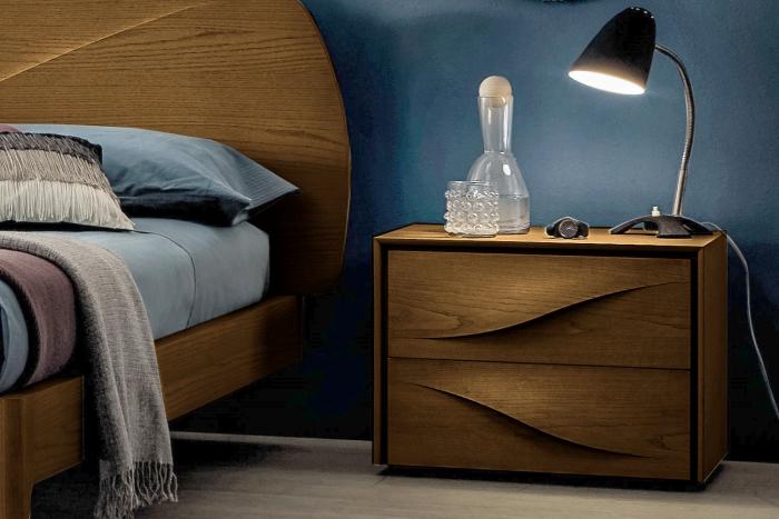 Comodino in legno Fontana di Napol in legno a due cassetti di design