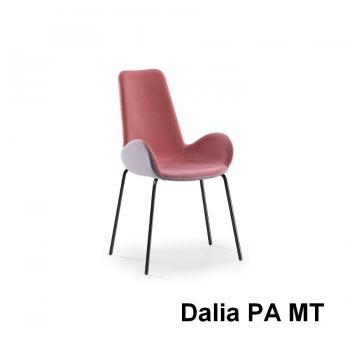 Sedia Dalia di Midj con braccioli imbottita e rivestita