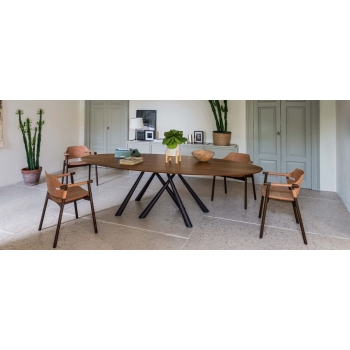Sedia Suite P di Midj con struttura in legno e seduta e schienale rivestiti in cuoio