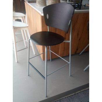 Sgabello Gio' di Bontempi con struttura laccata alluminio e seduta e schienal in legno