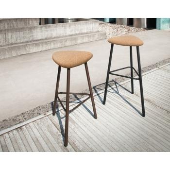 Sgabello Pick-M di Domitalia con sedile in sughero