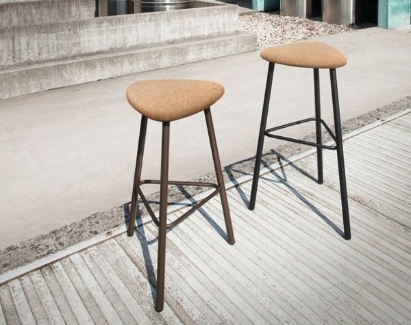 Sgabello con base in acciaio verniciato e sedile imbottito o in suhero