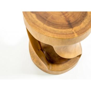 Sgabello Twister di Cipì intagliato da un blocco di legno di Suar