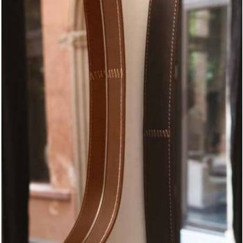 Specchiera Vega di Tonin Casa in vetro e cuoio
