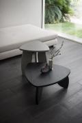 Tavolino da caffé Petalo B di Napol in legno traingolare