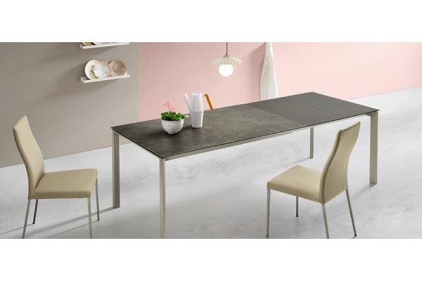 Tavolo Klass di Midj allungabile con struttura in acciaio
