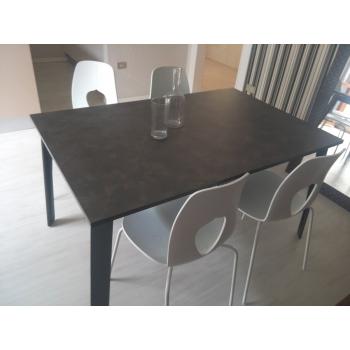 Tavolo Alma di Tonin Casa con struttura in metallo e piano in laminato in offerta