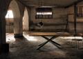 Tavolo moderno Dave con piano in legno e struttura in metallo con tubi incrociati a sezione rettangolare