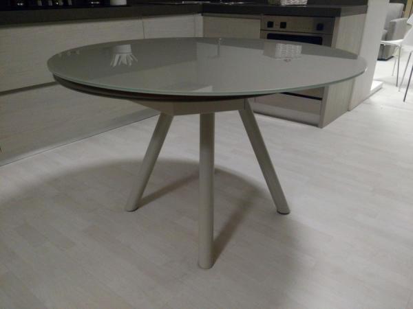 Tavolo allungabile orbit di zamagna con piano in vetro for Tavolo tondo allungabile moderno