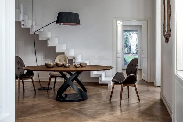 Fixed glass table in Toni\'s Capri design house timeless