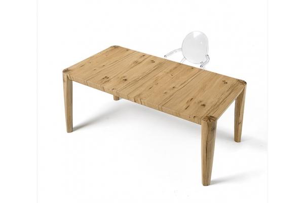 Vieille table en bois de chêne avec pieds coniques au ras du sol